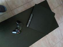 PS3 con giochi e chitarra
